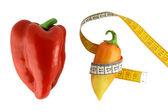 Grote en kleine paprica omwikkeld met een meter — Stockfoto