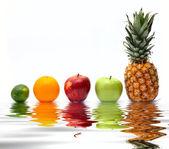 Fila de frutas frescas sobre el agua — Foto de Stock