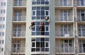 Steeplejacks working on a new house — Stock Photo