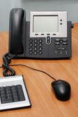 цифровой телефон на офисном столе — Стоковое фото