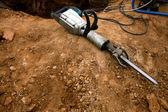 Pneumatische hamer liggend op de grond — Stockfoto