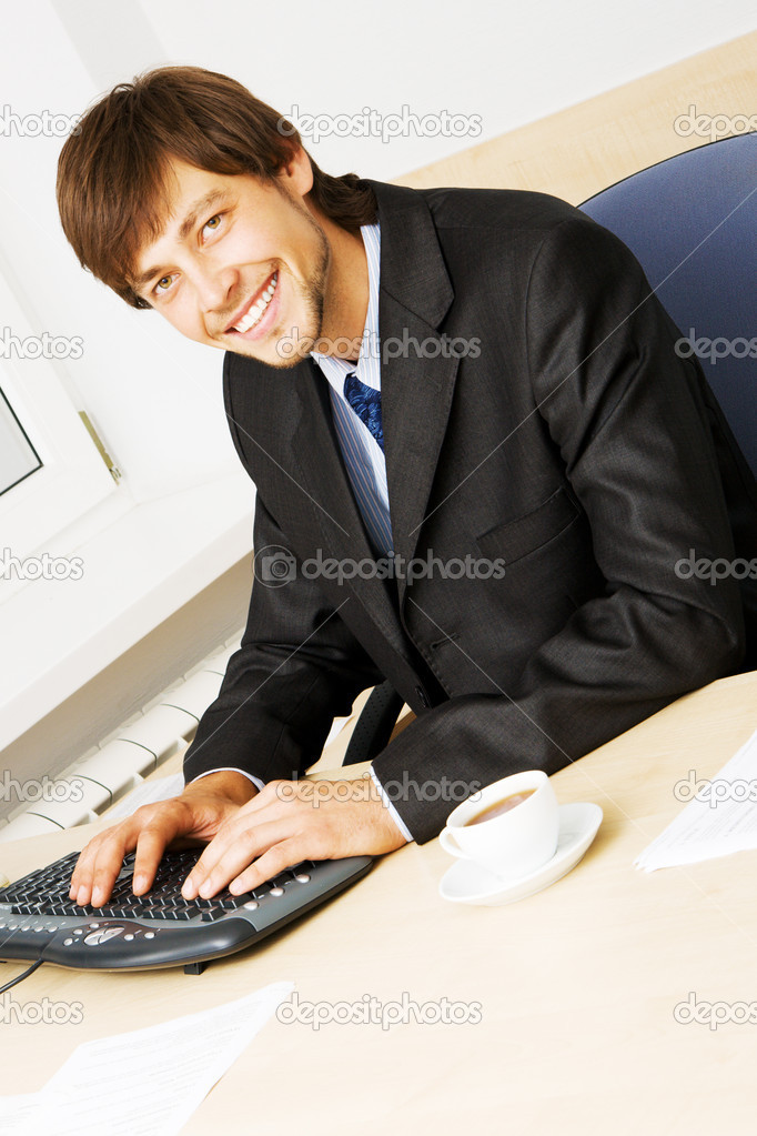 Successful businessman working at the computer in his office — Stock Photo #5726841