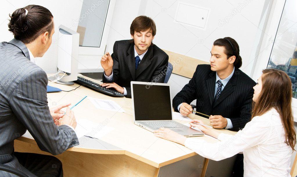 办公室工作人员的讨论 - 图库图片