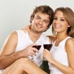 allegro giovane coppia bere vino — Foto Stock