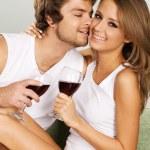 alegre joven pareja bebiendo vino — Foto de Stock