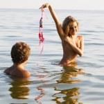 fille sexy se déshabille dans l'eau, avec son petit ami — Photo