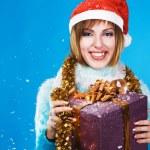 festlig flicka med julklapp — Stockfoto