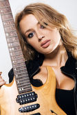 Sexy mädchen mit e-gitarre — Stockfoto