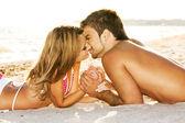 Couple romantique au bord de la mer — Photo