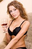美しい女性の赤ワインを飲む — ストック写真