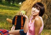 Chica encantadora tomando un descanso de picnic — Foto de Stock