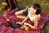 可爱的女孩休息用的笔记本电脑 — 图库照片