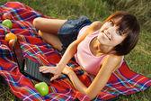 Mooi meisje op picknick — Stockfoto