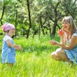 Mother with daughter outdoors — Stockfoto