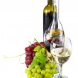 Red and white wine, with bunches of grapes — Stock Photo