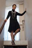 Stylový starší žena v černé večerní šaty — Stock fotografie