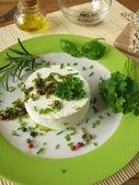 Crème van geitenkaas met kruid marinade en gekleurde peper — Stockfoto