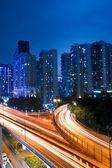 Senderos de luz en el viaducto de noche — Foto de Stock