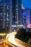 Viaduto e noite cidade — Foto Stock
