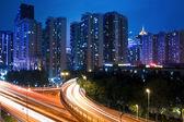 Natt trafikerar på viadukten — Stockfoto