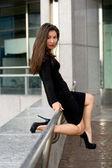 Sexy dívka v černých šatech, v městě — Stock fotografie