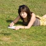 chica acostada en césped en el parque — Foto de Stock