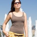 dziewczyna spaceru na świeżym powietrzu w okresie letnim — Zdjęcie stockowe
