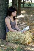 Libro de lectura chica en el parque — Foto de Stock