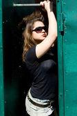 Ragazza punk camminando all'aperto — Foto Stock