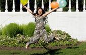 Radosna dziewczyna w ciąży z kolorowych balonów — Zdjęcie stockowe