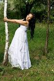 Hermosa chica embarazada caminando en el parque — Foto de Stock