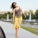 chica de la ciudad caminando al aire libre — Foto de Stock   #6575361