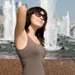 chica caminando junto a la fuente en la ciudad — Foto de Stock   #6575444