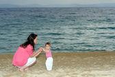 ビーチで彼女の赤ちゃんと母親 — ストック写真