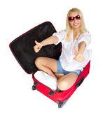 Mulher mostrando os polegares acima em mala de viagem embalada para férias — Fotografia Stock