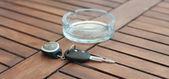 Llaves del auto con control remoto y cenicero — Foto de Stock