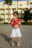 Genç kız ve otel anahtar — Stok fotoğraf