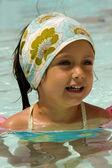 プールで幸せな子供 — ストック写真