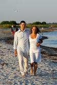 沙滩上散步的年轻夫妇 — 图库照片