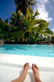 スイミング プールで足 — ストック写真