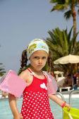 ребенок у бассейна — Стоковое фото