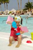 Dítě hrající bazénu — Stock fotografie