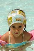 Ребенок в бассейне — Стоковое фото
