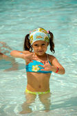 Child in pool — Stockfoto