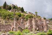 Velha ruína com nuvens escuras — Foto Stock