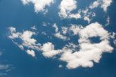 Cielo blu con nuvole bianche — Foto Stock