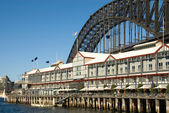 Luxury Hotel & Sydney Harbour Bridge — Stock Photo