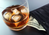 Whisky and money — Stock Photo