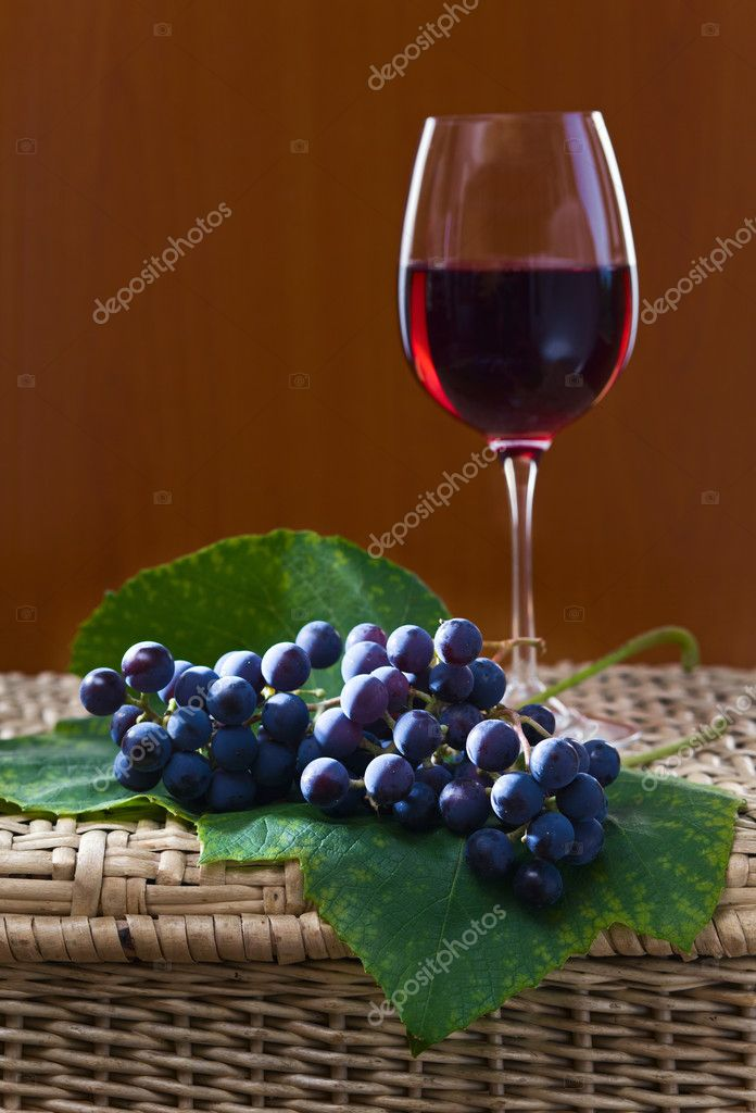 Grape and red wine on a wattled table. — Stock Photo #6573069