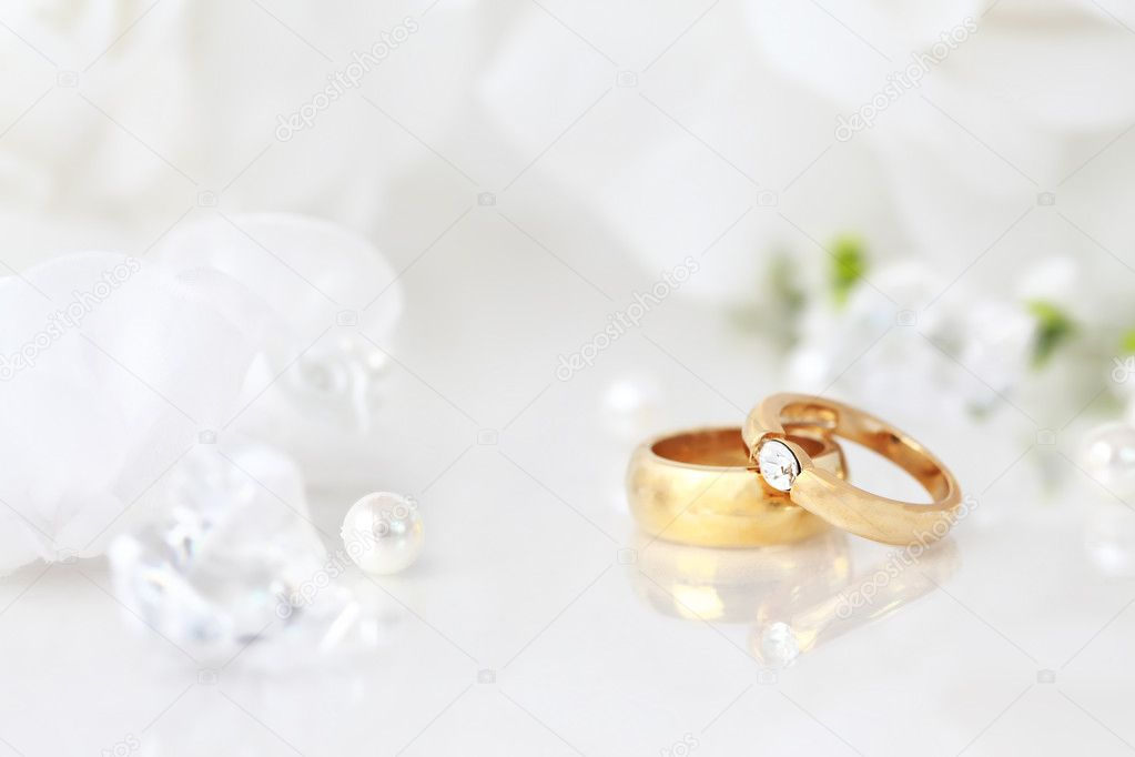 Wedding still life with beautiful golden rings and bouquet — Stock Photo #5476103